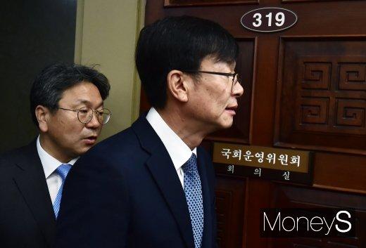 [머니S포토] 국회 운영위 국감 출석한 김상조-강기정