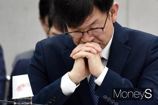 [머니S포토] 무거운 표정 짓는 김상조 정책실장
