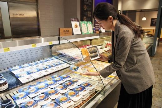 신세계 센텀시티 지하 1층 식품관에서 올반, 비비고에서 출시한 가정간편식 생선구이, 조림 등을 만나볼 수 있다./사진제공=신세계센텀시티