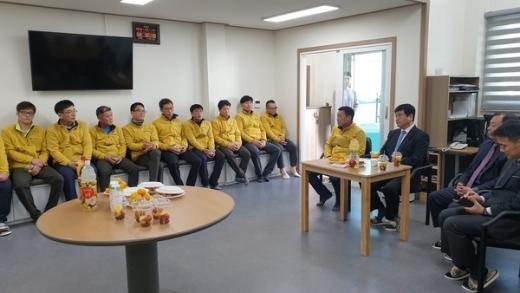 최용덕 동두천시장은 4일 새로운 가로환경미화원 휴게시설에서 간담회를 개최했다. / 사진제공=동두천시