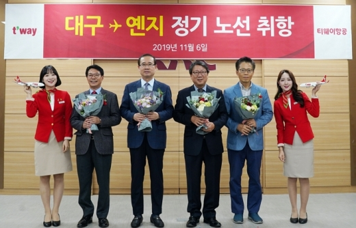 티웨이항공 대구-옌지 정기노선 신규 취항. (왼쪽에서 네번째)정홍근 티웨이항공 대표가 관계자들과 정기 노선 취항을 기념해 사진을 찍고 있는 모습. /사진=티웨이항공