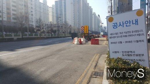각종 교통호재 소식에 인천 부동산시장의 기대감이 커졌다. 사진은 지하철 7호선 인천 연장구간 공사 현장. /사진=김창성 기자