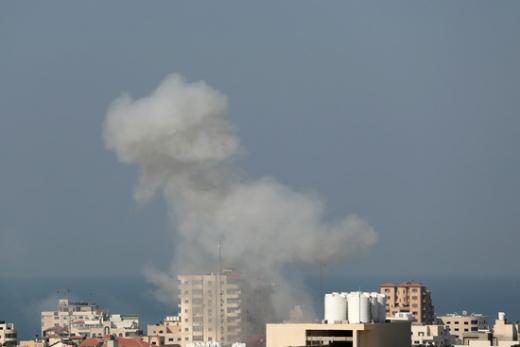 지난 12일(현지시간) 이스라엘군의 공습을 받은 가자지구의 한 건물에서 연기가 피어오르고 있다. /사진=로이터