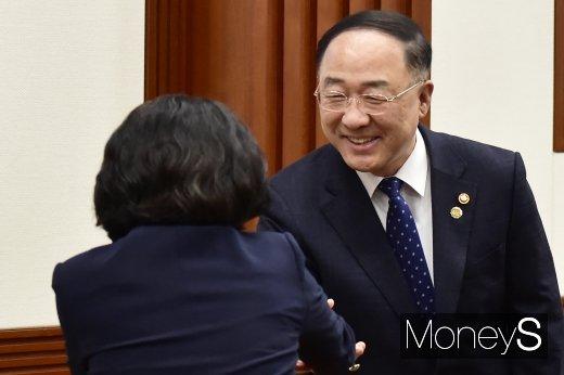 [머니S포토] 제26차 경제활력대책회의 참석하는 홍남기 부총리