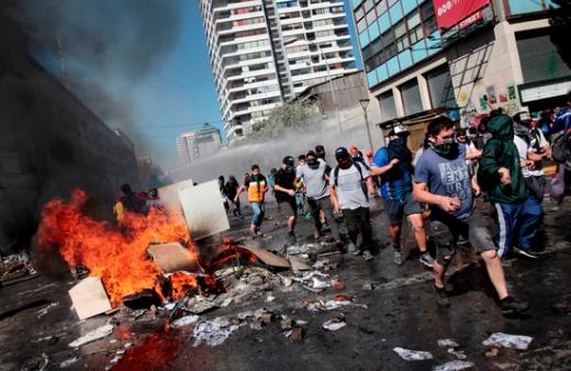 지난 12일(현지시간) 칠레 중남부에 위치한 콘셉시온시에서 반정부 시위대가 행진하고 있다. /사진=로이터