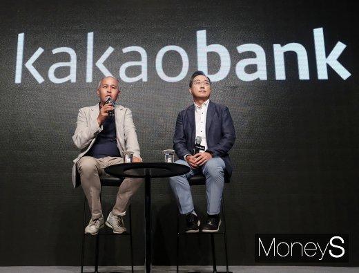 (왼쪽부터)이용우, 윤호영 카카오뱅크 대표/사진=임한별 기자