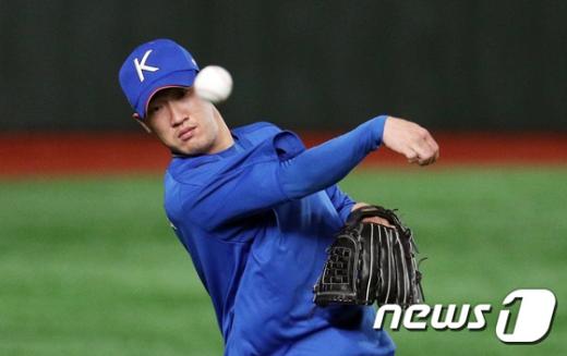 한국 야구 국가대표팀 투수 박종훈이 지난 14일 일본 도쿄돔에서 열린 대표팀 공식훈련에서 투구 연습을 하고 있다. /사진=뉴스1