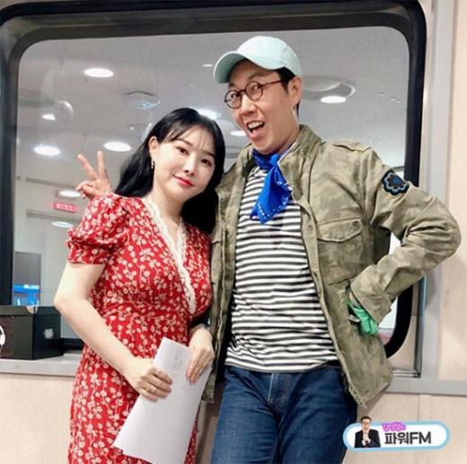 역사강사 이다지(왼쪽)와 DJ 김영철. /사진='김영철의 파워FM' 공식 SNS