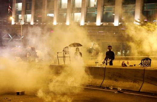 홍콩 반정부 시위대가 지난 18일 홍콩 이공대에서 경찰이 쏜 최루탄 속에 서 있다. /사진=로이터