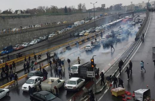 지난 16일(현지시간) 이란 테헤란에서 반정부 시위대가 시위를 벌이고 있다. /사진=로이터