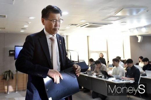 은성수 금융위원장이 14일 정부서울청사에서 '고위험 금융상품 투자자 보호 강화를 위한 종합 개선방안'을 발표한 뒤 굳은 표정으로 브리핑실을 나서고 있다./사진=임한별 기자