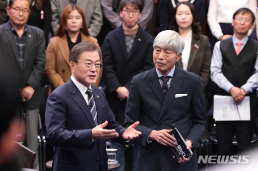 문재인 대통령이 19일 오후 서울 MBC 미디어센터에서 열린 '국민이 묻는다, 2019 국민과의 대화'에 참석해 국민 패널들의 질문을 받고 있다. /사진=뉴시스