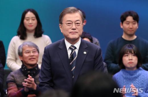 문재인 대통령이 19일 오후 서울 MBC 미디어센터에서 열린 '국민이 묻는다, 2019 국민과의 대화'에 참석해 국민 패널들을 바라보고 있다. /사진=뉴시스