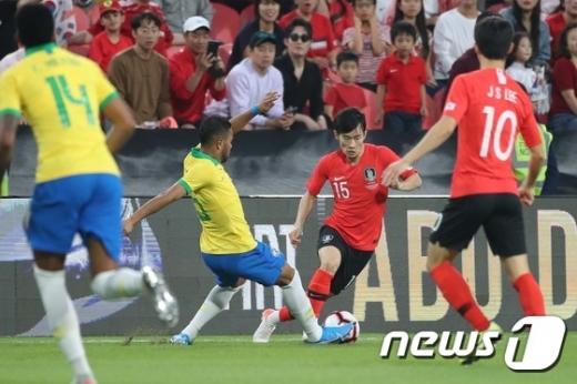 대한민국 축구 대표팀이 19일 오후 10시30분 아랍에미리트(UAE) 아부다비 모하메드 빈 자예드 스타디움에서 브라질과 평가전을 치르고 있다. /사진=뉴스1