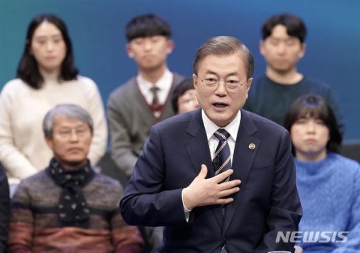 문재인 대통령이 19일 오후 서울 MBC 미디어센터에서 열린 '국민이 묻는다, 2019 국민과의 대화'에 참석해 국민 패널들의 질문에 답하고 있는 모습. /사진=뉴시스