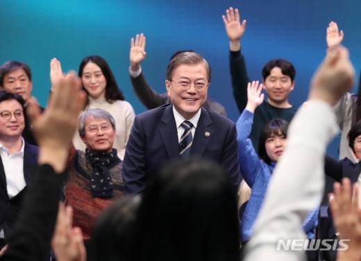 문재인 대통령이 19일 오후 서울 MBC 미디어센터에서 열린 '국민이 묻는다, 2019 국민과의 대화'에 참석해 국민패널들의 질문을 받고 있는 모습. /사진=뉴시스
