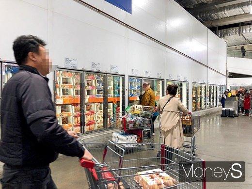 코스트코 냉동식품 코너 앞에 고객들이 몰려있는 모습. /사진=김경은 기자