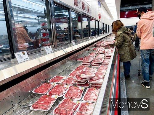 코스트코 양재점 육류 코너에서 고기를 구경하는 고객들. /사진=김경은 기자