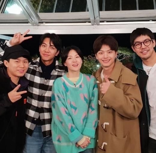 배우 이영애(왼쪽 세번째)와 집사부일체 멤버들. /사진=이영애 인스타그램 캡처