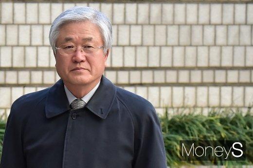 [머니S포토] 국정농단 연루 협의 파기환송심 출석하는 박상진 전 삼성전자 사장