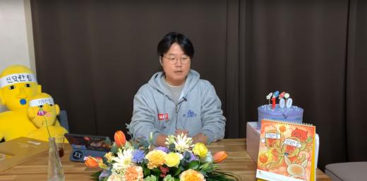 나영석 PD가 지난 20일 자신의 유튜브 채널 '채널십오야'에서 긴급 라이브 방송을 갖고 구독 해지 요청을 하고 있다. /사진='채널십오야' 캡처