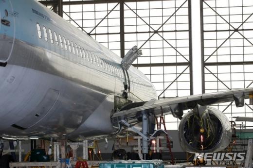 김포공항 대한항공 격납고에서 동체 균열이 발견된 보잉 737NG 항공기의 수리가 진행되고 있는 모습. /사진=뉴시스 고범준 기자