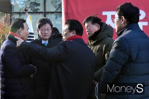 [머니S포토] 황교안 단식농성 찾은 유승민, 한국당 의원들과 대화 나눠...
