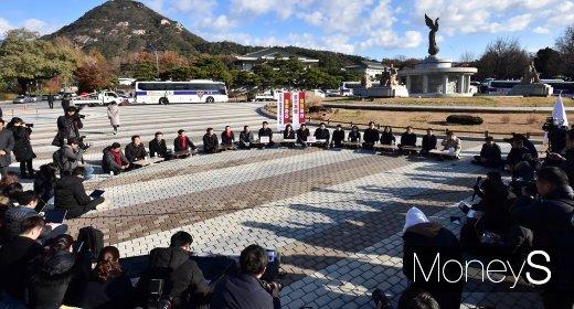 [머니S포토] 자유한국당 이틀째 청와대 앞 원내대책회의