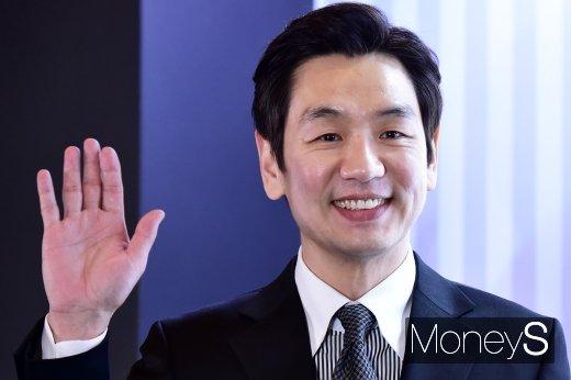 [머니S포토] 김태우, 부드러운 손인사와 미소