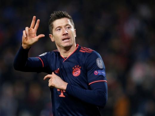 바이에른 뮌헨 공격수 로베르트 레반도프스키가 27일(한국시간) 세르비아 베오그라드에서 열린 2019-2020 유럽축구연맹 챔피언스리그 조별예선 B조 5차전 츠르베나 즈베즈다와의 경기에서 후반 19분 팀의 4번째 골, 본인의 해트트릭 골을 기록한 뒤 기뻐하고 있다. /사진=로이터