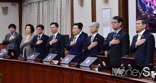 [머니S포토] 국민의례하는 장관들