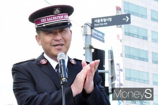 [머니S포토] 휘슬러X구세군 자선냄비 희망열차 전달식 선언하는 김필두 구세군 사령관
