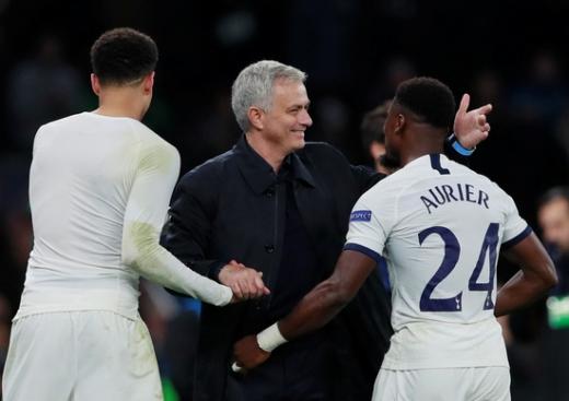 조제 무리뉴 토트넘 홋스퍼 감독(가운데)이 27일 영국 런던 토트넘홋스퍼 스타디움에서 열린 2019-2020 유럽축구연맹 챔피언스리그 조별예선 B조 5차전 올림피아코스와의 경기에서 4-2로 승리한 뒤 이날 역전골을 성공시킨 세르주 오리에(오른쪽)를 안아주고 있다. /사진=로이터