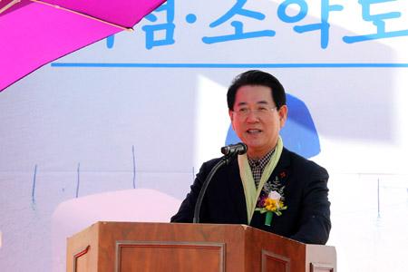 최근 신안 소악도에서 열린 '가고 싶은 섬 열리는 날' 행사에 축사하는 김영록 전남도지사 /사진제공=전남도