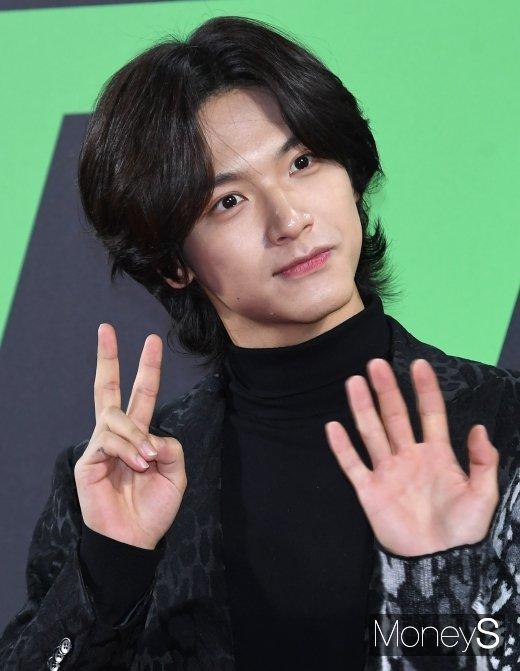 [머니S포토] 엔플라잉 김재현 '깜찍 브이'