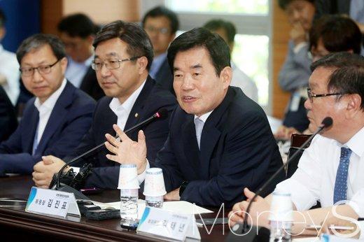 김진표 더불어민주당 의원(오른쪽 두번째). /사진=임한별 기자