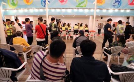 홍콩 구의원 선거일인 24일 오후 홍콩 주룽 공원 수영장에 마련된 투표소에서 참관인들이 개표 작업을 살펴보고 있다. /사진=홍콩 뉴스1 이재명 기자