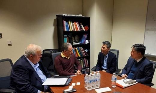 지난달 21일 토머스 제퍼슨 대학교에서 필룩스 한우근 대표이사와 미국 연구팀인 스캇 아서 월드먼 박사 등이 모여 주요 임상에 관련한 진행 경과를 논의하고 있다. /사진=필룩스)