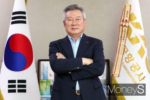 포즈를 취하는 손창완 한국공항공사 사장. /사진=머니투데이 이기범 기자