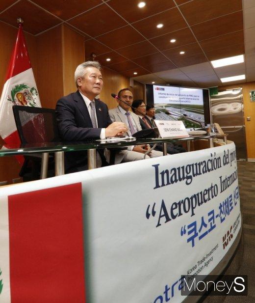 지난달 1일 페루 리마에서 열린 친체로 신국제공항 착수식에 참석한 손창완 한국공항공사 사장(왼쪽). /사진제공=한국공항공사