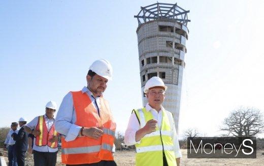 지난달 4일 에콰도르 만타공항 현장을 찾은 손창완 한국공항공사 사장(오른쪽). /사진제공=한국공항공사