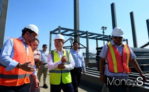 손창완 한국공항공사 사장(가운데)이 지난달 4일 에콰도르 만타국제공항 건설현장에서 호세 가브리엘 마르티네스 카스트로 교통건설부 장관(왼쪽)을 비롯한 현장 관계자들과 함께 현장을 둘러보고 있다. /사진제공=한국공항공사