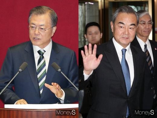 문재인 대통령(왼쪽)과 왕이 중국 외교담당 국무위원 겸 외교부장. /사진=국회사진취재단, 임한별 기자