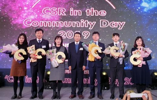 한전KPS는 최근 서울가든호텔에서 열린 '지역사회공헌 인정의 날' 기념식에서 지역사회에 공헌한 노력을 인정받아 '지역사회공헌 인정기업'으로 인정패를 수상했다./사진제공=한전KPS