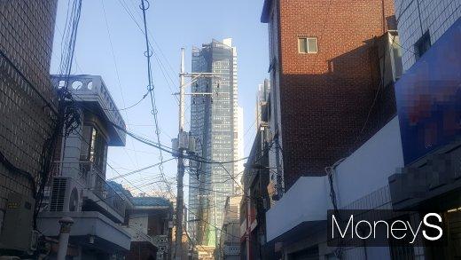 광진구 자양동의 한 노후주택가에서 바라본 고급 주상복합 아파트인 더샵스타시티. /사진=김창성 기자