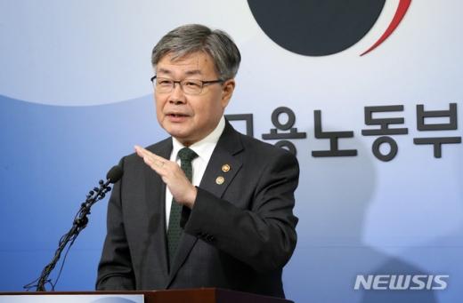 """정부 """"내년부터 중소기업 주52시간 계도기간 1년 부여""""(속보)"""