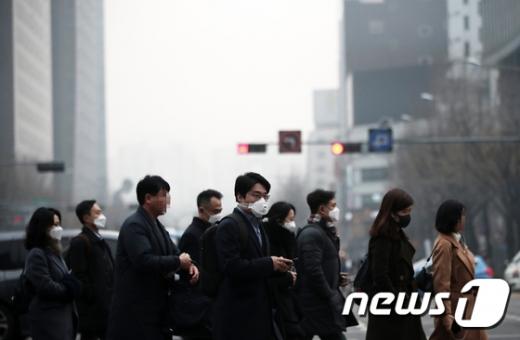 미세먼지로 하늘이 뿌옇게 변한 11일 시민들이 마스크를 쓴 채 서울 광화문 인근 도로를 지나고 있다. /사진=뉴스1