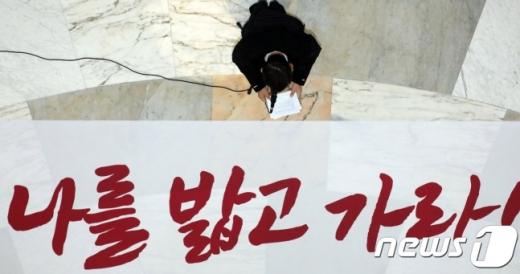 황교안 자유한국당 대표가 12일 서울 여의도 국회 본회의장 앞에서 열린 최고위원회의에서 모두발언을 하고 있다. /사진=뉴스1