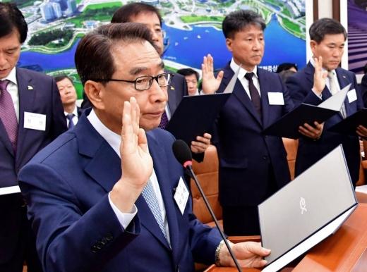 이강래 한국도로공사 사장이 지난 10월10일 국회 국토교통위원회 국정감사에서 증인 선서하고 있다. / 사진=머니투데이 홍봉진 기자