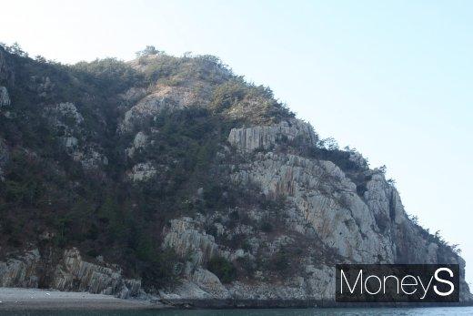 부채살을 활짝 펼친 듯한 부채 바위가 관광객들의 눈길을 사라잡고 있다. /사진=홍기철